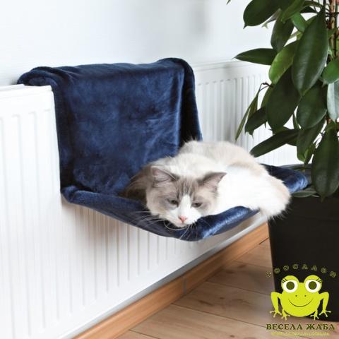 Гамак на батарею для кошек Trixie Бежевый и синый.